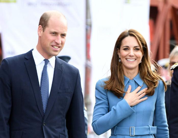 С папой на прогулке: Миддлтон и принц Уильям поделились новым фото подроших детей