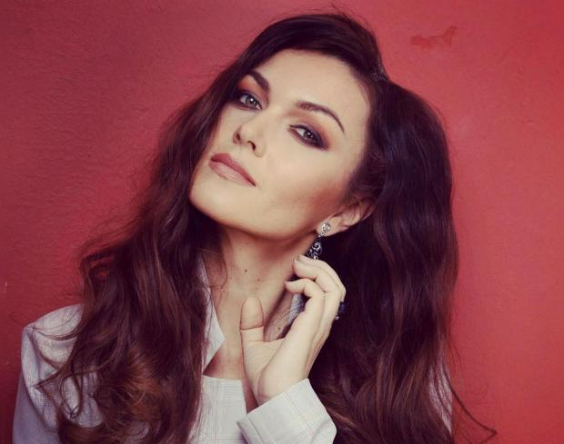 Юлия Такшина в вечерних нарядах: актриса скучает по красивым платьям на карантине