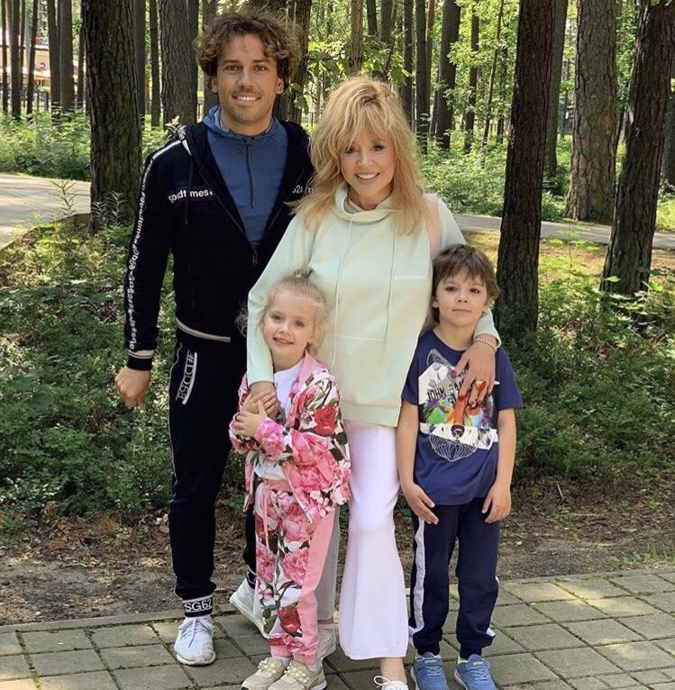 «Mamma Mia, уходи от нас подальше, пандемия»: Алла Пугачева с сыном исполнила песню против коронавируса