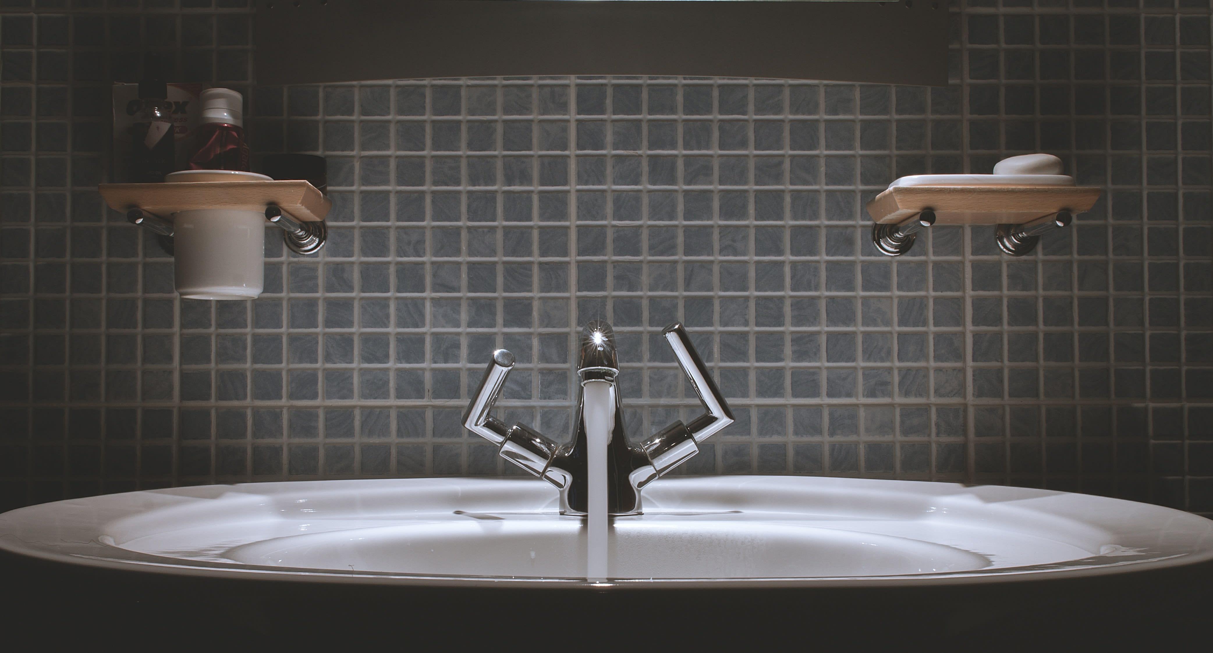 Водогінний кран, умивальник, економія води