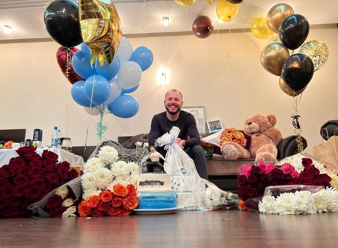Ярослав Сумишевский показал, как отпраздновал день рождения на гастролях