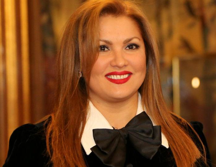 Анна Нетребко в нежно-голубом платье макси отметилась на улицах Вены