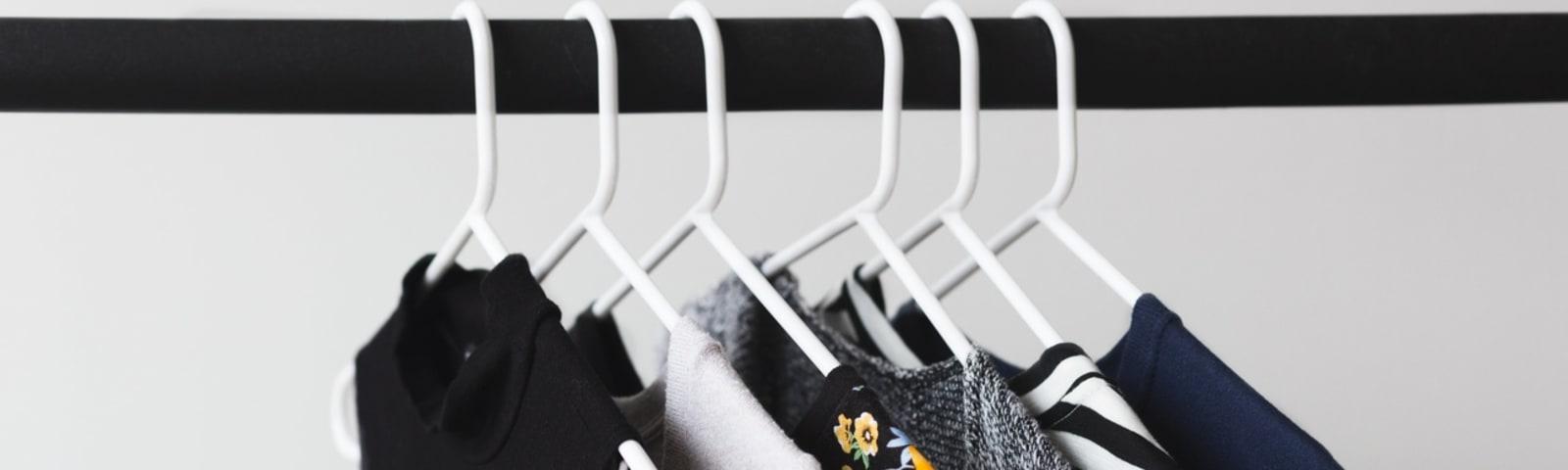 Imagem de destaque do post Looks minimalistas: simplifique sua rotina com guarda roupa otimizado