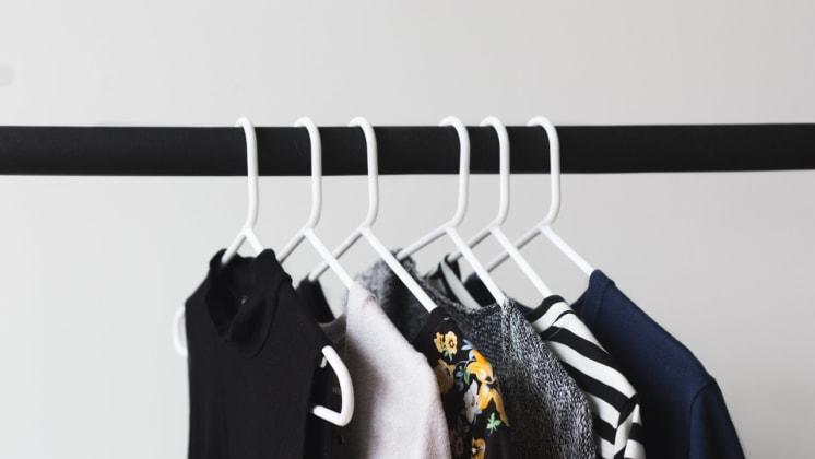 Thumbnail do post Looks minimalistas: simplifique sua rotina com guarda roupa otimizado
