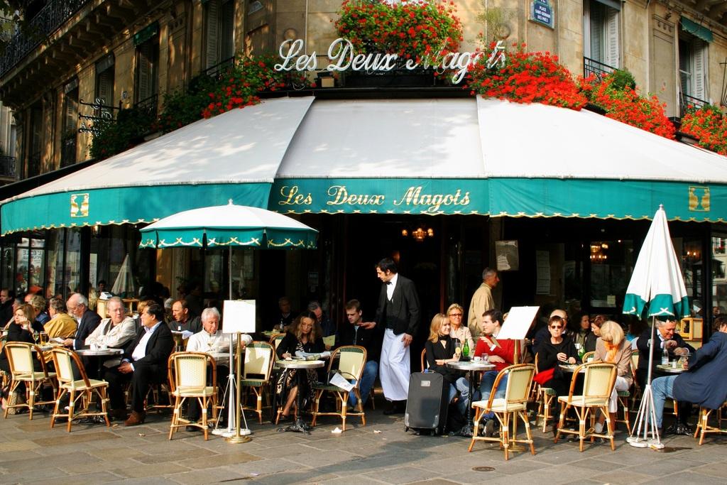 pessoas tomando café em paris