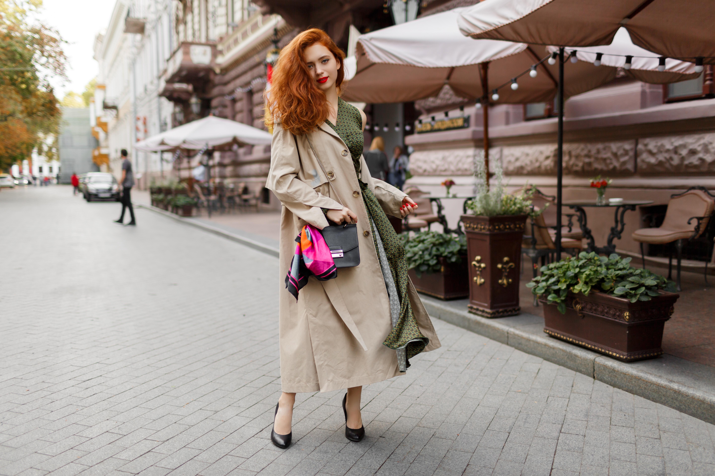 mulher ruiva em rua de paris