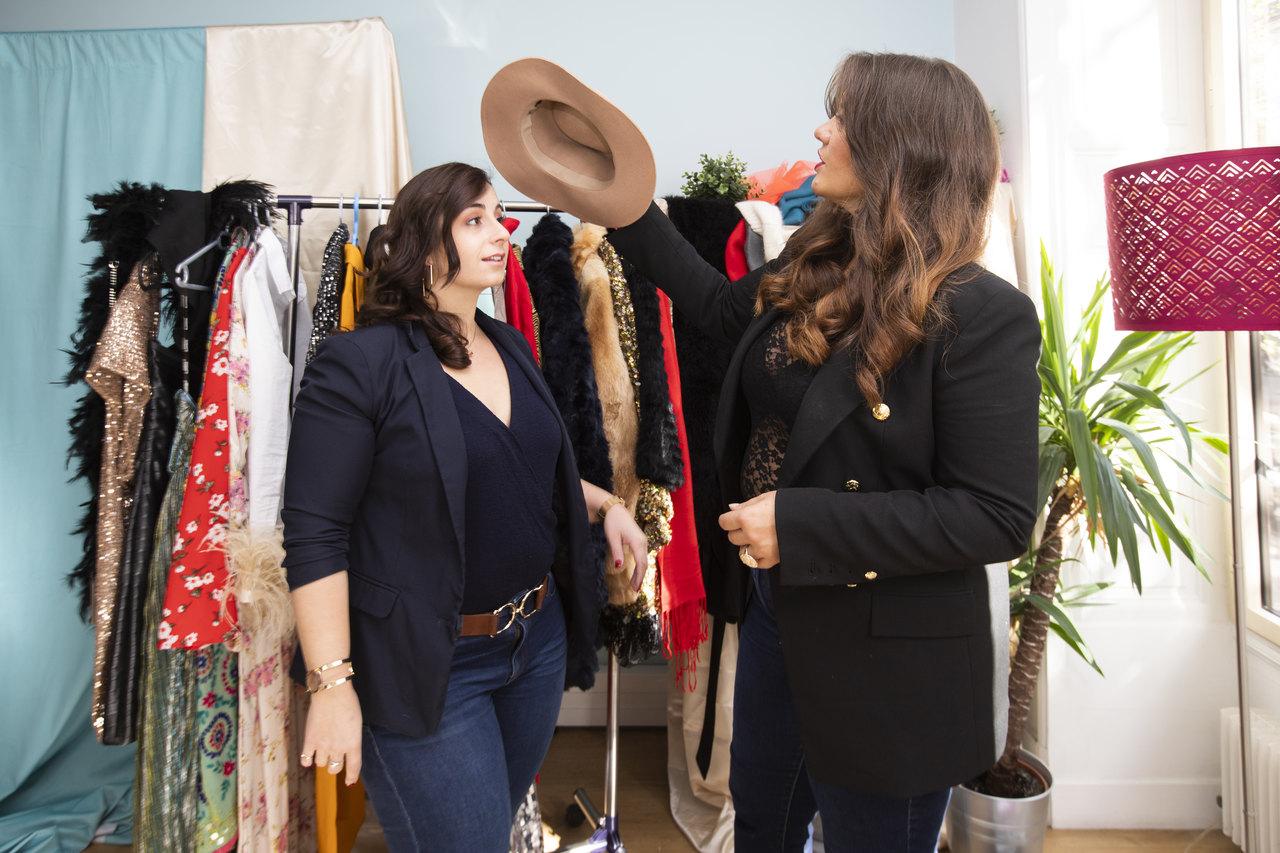 duas mulheres paradas em frente a roupas e acessórios, para ilustrar a matéria de estudar moda em Paris