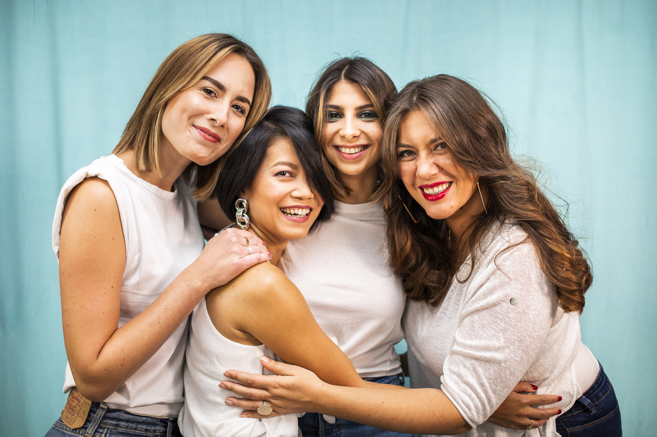 mulheres unidas e se abraçando como estudar moda em Paris