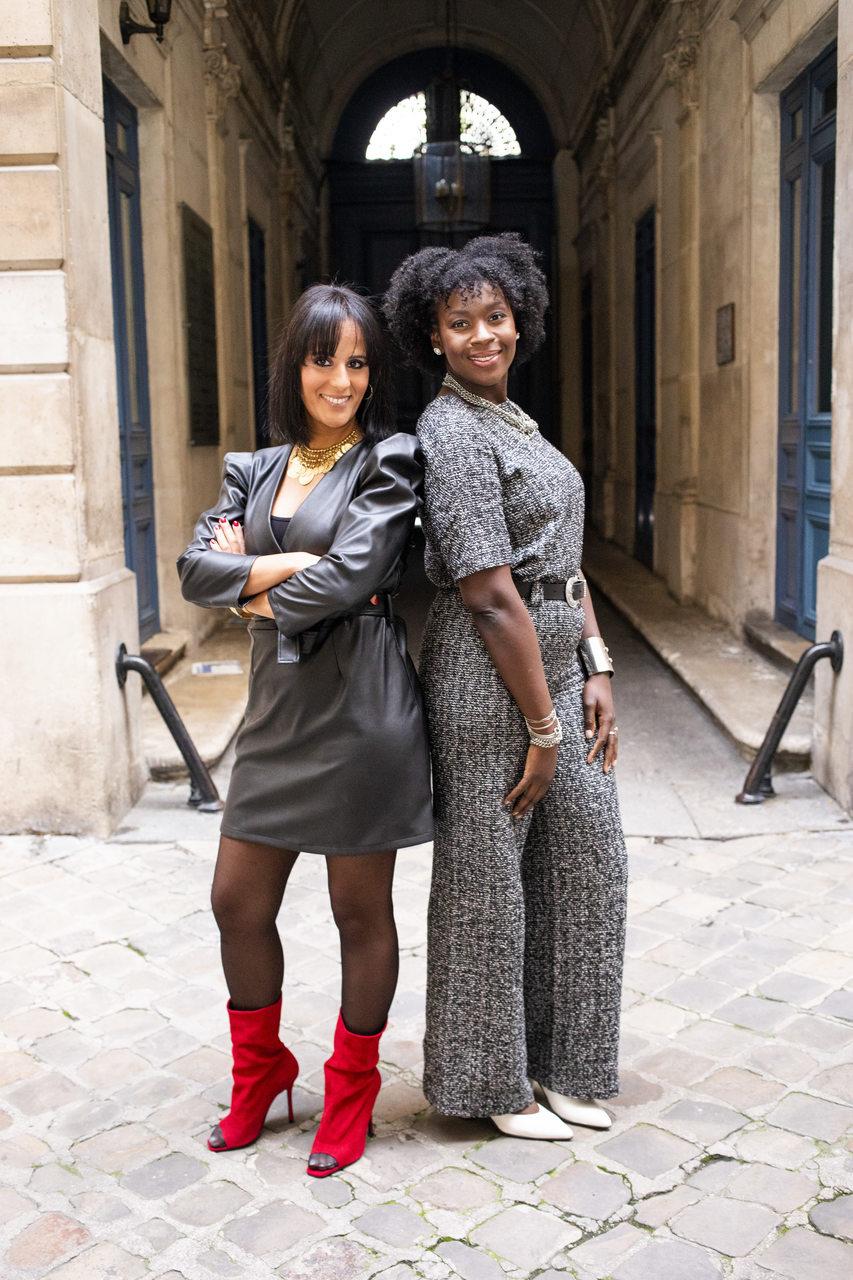 duas mulheres exibindo seus looks para ilustrar como estudar moda em Paris