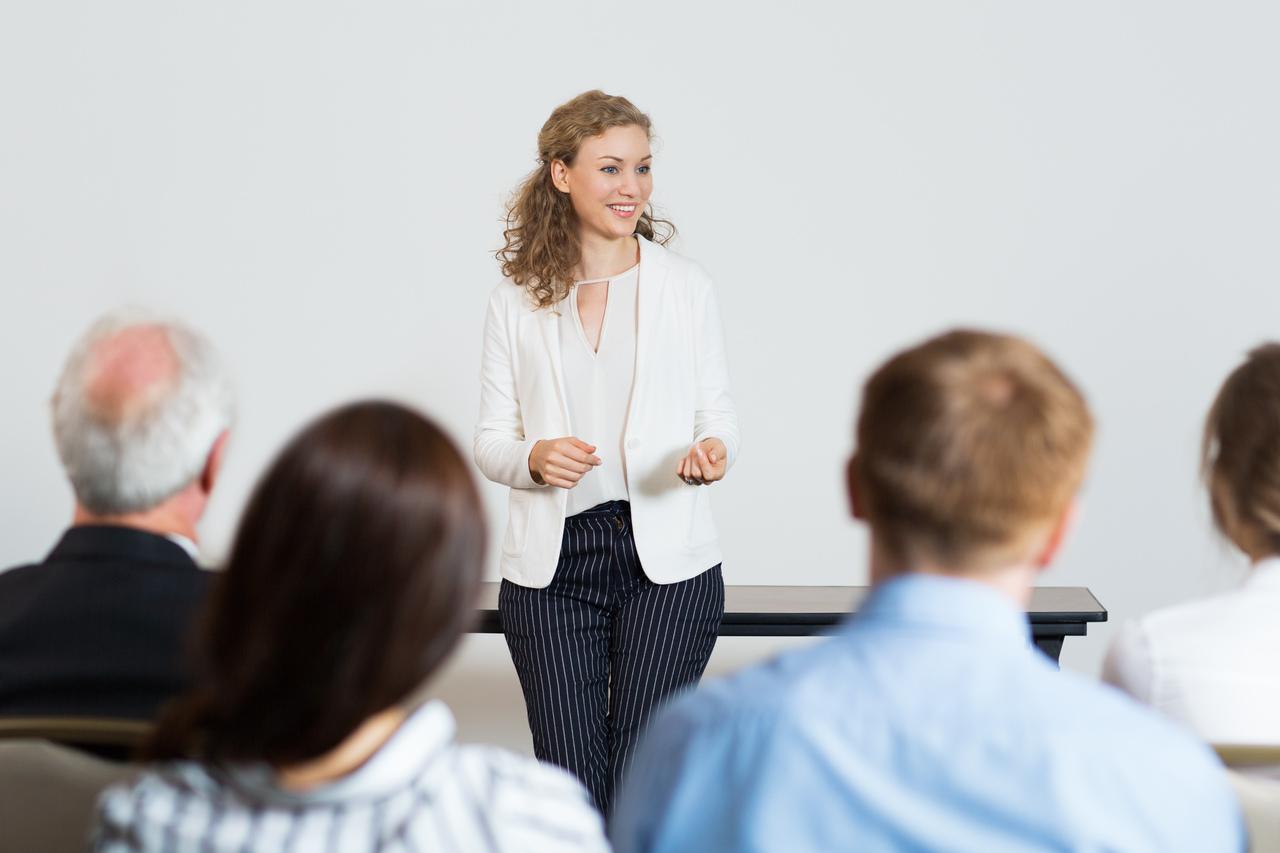 mulher palestrando sobre comunicação verbal e comunicação não verbal