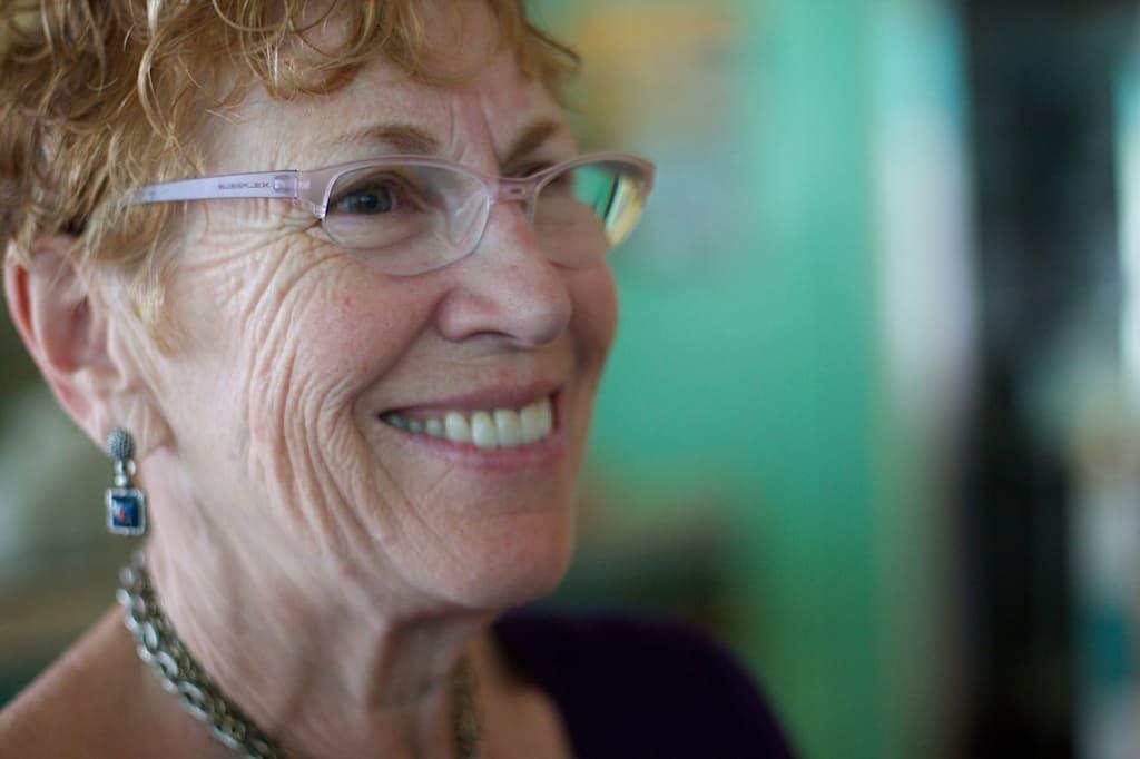 idosa de oculos sorrindo teoria dos setenios