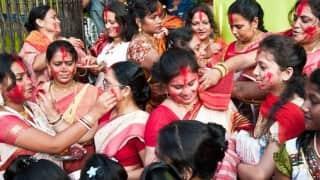 Durga Puja 2021: दुर्गा विसर्जन से पहले ही क्यों मनाई जाती है सिंदूर खेला की रस्म? जानिये मान्यताएं