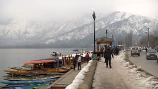 श्रीनगर: बर्फबारी के बीच जमी डल झील देख झूम उठे पर्यटक