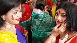 Sindur Khela: বাতাসে বিষাদের সুর, তার মাঝেই বনেদি বাড়ি থেকে মণ্ডপে মণ্ডপে চলছে সিঁদুর খেলা