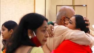 Bollywood Durga Puja: मां दुर्गा के दर्शन करने पहुंचीं काजोल, अंकल से मिलकर फूट-फूट कर रोईं