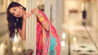 Sara Ali Khan ने साड़ी में शेयर की तस्वीरें, कहा - साड़ी में नारी, हमेशा लगती है प्यारी