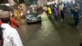 MP: भोपाल में दुर्गा विसर्जन समारोह में भीड़ के बीच घुसी तेज रफ्तार कार, 2 घायल...वीडियो वायरल