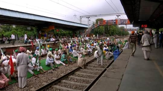 Rail roko program: সংযুক্ত কিষাণ মোর্চার 'রেল রোকো'তে ব্যাপক প্রভাব দেশে, বাতিল ৪৩টি ট্রেন