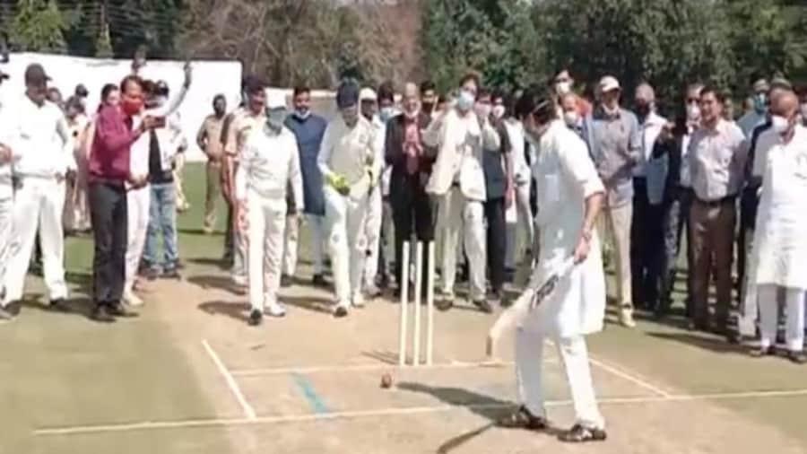 क्रिकेट की पिच पर 'क्लीन बोल्ड' हुए केंद्रीय मंत्री Jyotiraditya Scindia