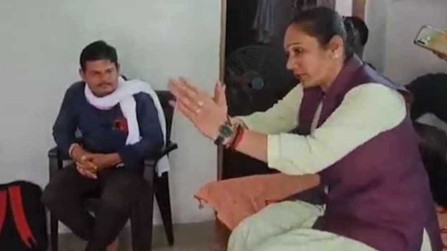 रिश्वत लेने की ट्रेनिंग देतीं हैं मायावती की ये MLA ! वीडियो में देखिए विधायक का 'Operation Corruption'