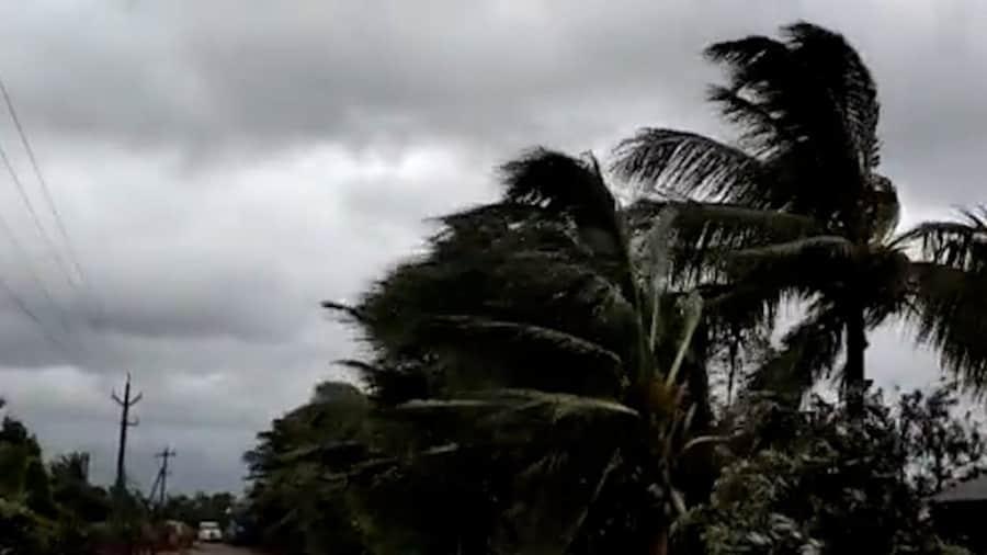 Weather Update: মঙ্গল থেকে ভারী বৃষ্টি দক্ষিণবঙ্গে, ঝড়ের সতর্কতা উপকূলে