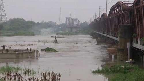 Delhi Flood: राजधानी में यमुना ने खतरे के निशान को किया पार, निचले इलाकों में बाढ़ का खतरा