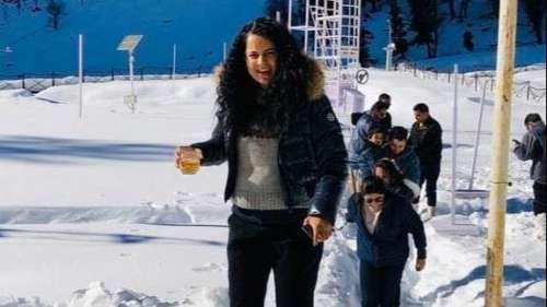 कंगना रनौत ने शम्मी कपूर के अंदाज़ में बर्फ से की मस्ती