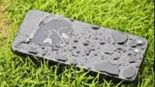 बारिश में भीग जाए स्मार्टफोन, तो क्या करना है और क्या नहीं? जानिए ये Safety Tips