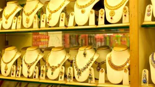 Gold Silver Price Tuesday: मंगलवार को फिर 'चमका' सोना, चांदी पड़ी 'फीकी'
