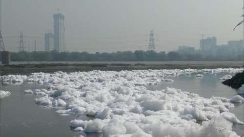 कम नहीं हो रहा यमुना में प्रदूषण, अब दिल्ली के कालिंदी कुंज के पास दिखा जहरीला झाग