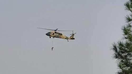 Afghanistan Taliban: अमेरिकी हेलीकॉप्टर से शव बांधकर उड़ाते दिखे तालिबानी लड़ाके, देखें तस्वीरें