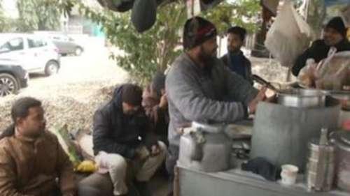 ठंड के आगे लोग परेशान...चाय की चुस्की और आग का ताप बना सहारा