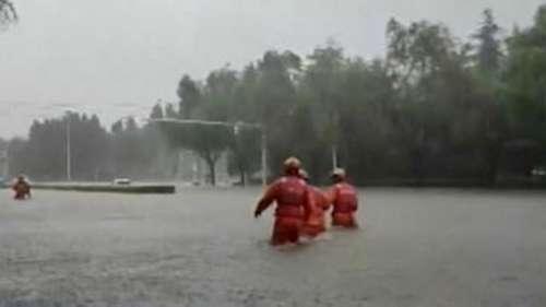 Flood In China: मूसलाधार बारिश से चीन में सड़कों पर उतरा सैलाब, 10 की हुई मौत