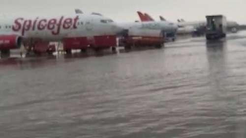 Delhi Rain: दिल्ली एयरपोर्ट पर भारी जलजमाव, जहाज के पहिए पानी में डूबे