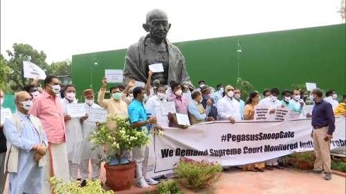 Pegasus Project: पेगासस जासूसी के मुद्दे पर संसद परिसर में लगातार दूसरे दिन भी प्रदर्शन