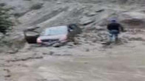 पानी में फंसी कार