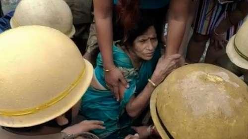 Kolkata News: রাস্তায় হাঁটুজল,  মুখখোলা ম্যানহোলে পড়ে গেলেন মহিলা, ২ ঘণ্টা পর উদ্ধার
