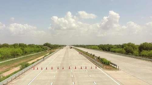 Largest Expressway: दिल्ली से मुंबई 12.5 घंटे में और दिल्ली से कटरा 6 घंटे पहुंचेंगे, गडकरी का ऐलान