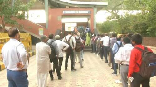 Delhi Metro: भूकंप से बाधित हुई दिल्ली मेट्रो, कई स्टेशनों के गेट 1 घंटे रहे बंद