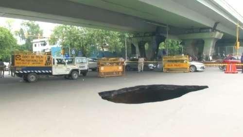 Delhi में लगातार बारिश ने ढाया कहर, IIT के पास हुआ सड़क में बड़ा गड्ढा