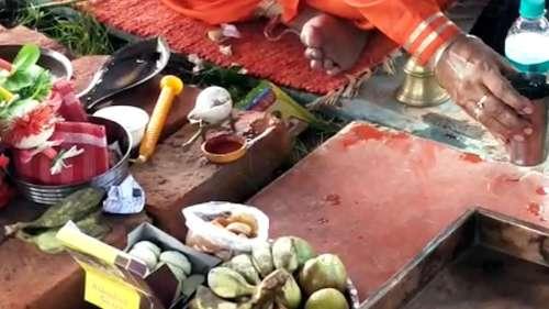 Santosh Mitra Square: তৃতীয় ঢেউ এলে হেঁটে নয়, নেটেই হবে ঠাকুর দেখা, খুঁটি পুজো সারা সন্তোষ মিত্র স্কোয়ারে