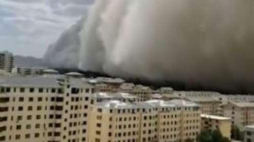 China Sand Storm: 300 फीट से ज्यादा ऊंचे रेत के तूफान को देख कांपे लोग, गुबार में समाया सा नजर आया शहर