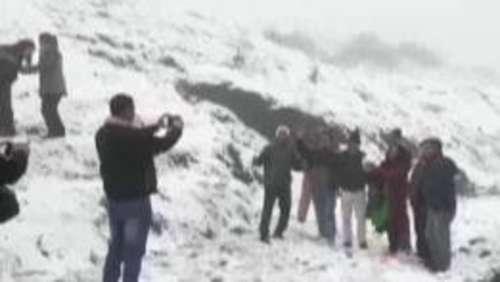 दार्जिलिंग के टाइगर हिल पर बर्फबारी, सैलानियों के खिले चेहरे