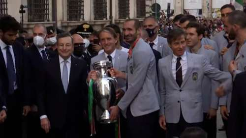 Watch! Italy's bus parade in the streets of Rome with Euro 2020 trophy