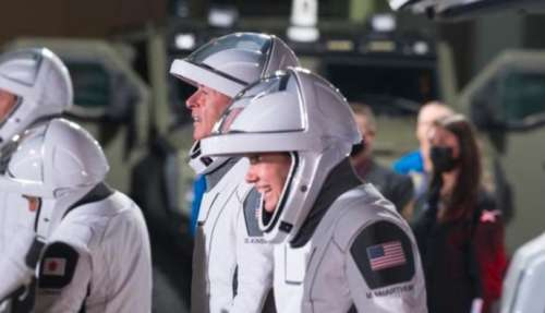 SpaceX launches 4 astronauts