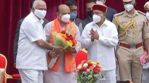 Basavaraj Bommai बने कर्नाटक के नए सीएम, शपथ लेने के बाद छुए बीएस येदियुरप्पा के पैर