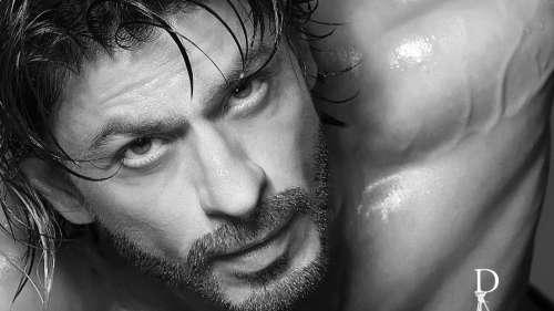 Shah Rukh Khan turns upthe heat in a shirtless avatar for Dabboo Ratnani Calendar shoot