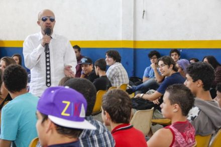 Justiça suspende palestras do escritor Carpinejar em escolas