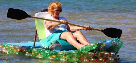 Os caçadores de garrafas perdidas: casal transforma plástico em pranchas de surf