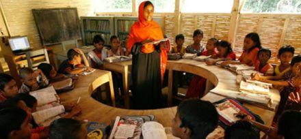 Barco-escola em Bangladesh leva aulas para áreas inundadas